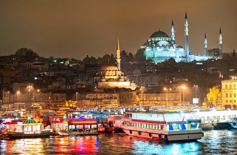 Mening over Gouden Hoorn in Istanboel op nacht stock fotografie