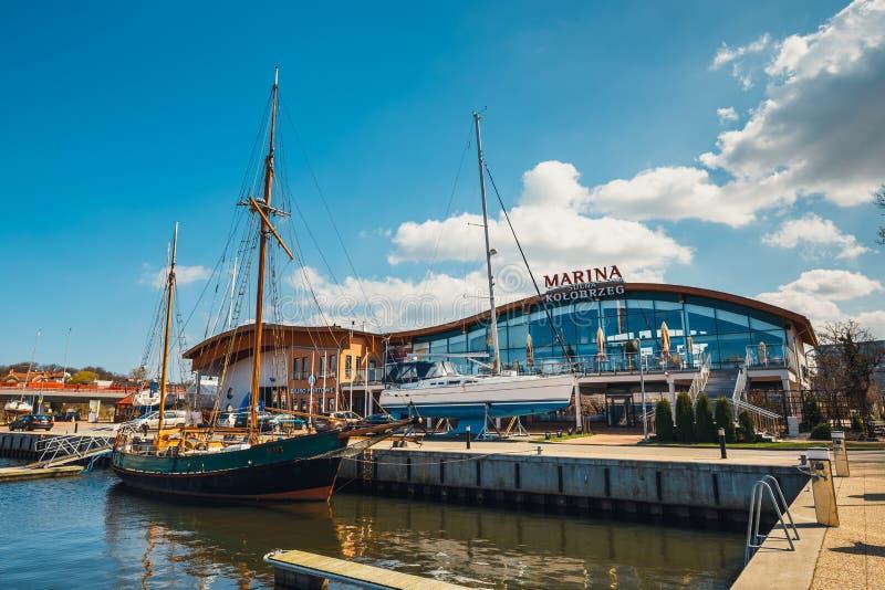 Mening over haven in Kolobrzeg met vele vastgelegde boten en schepen Kolobrzeg is een populaire toerist D stock foto