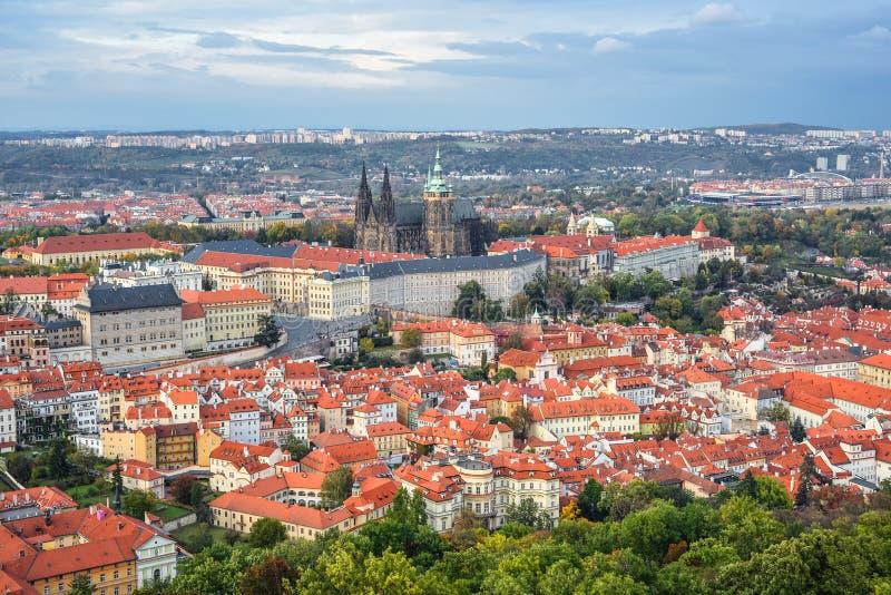 Mening over Heilige Vitus Cathedral en de daken van het Kasteel van Praag St Cityscape van Praag, Tsjechische Republiek stock fotografie