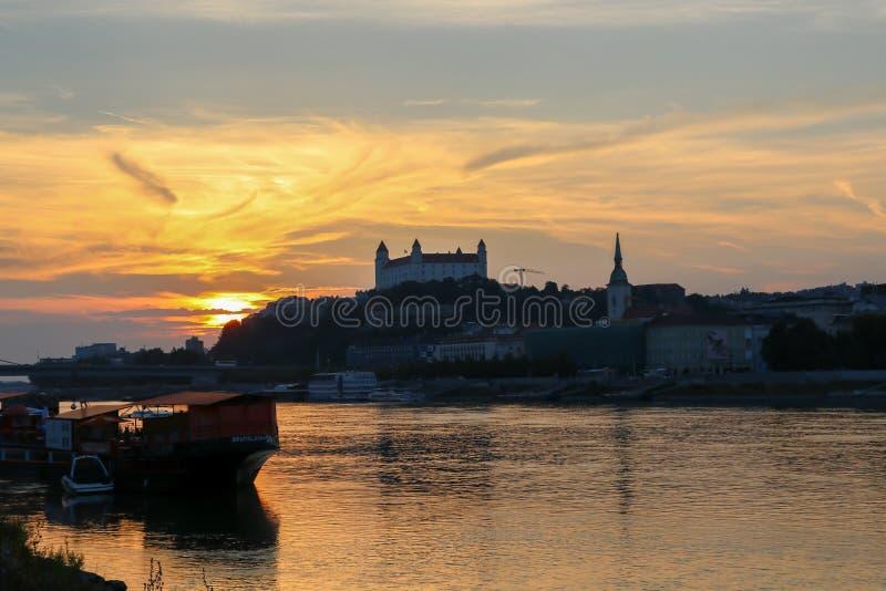 Mening over het kasteel van Bratislava en oude stad over de rivier Donau in Bratislava, Slowakije stock foto