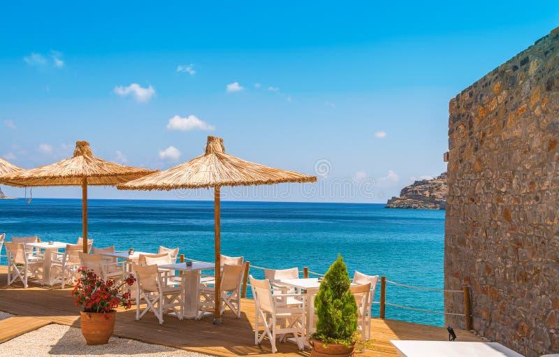 Mening over het Middellandse-Zeegebied die buitenkant van het dineren genieten royalty-vrije stock foto's