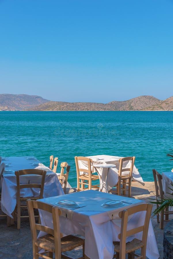 Mening over het Middellandse-Zeegebied die buitenkant van het dineren genieten stock fotografie
