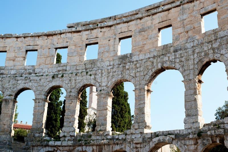 Mening over het muur Antieke Roman forum in Pula stock afbeelding