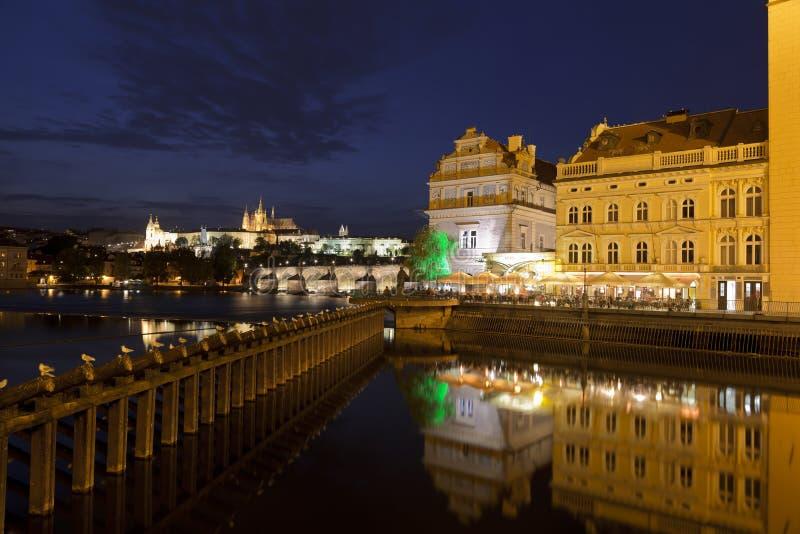 Mening over Hradcany met Kathedraal van St Vitus, Charles-brug en Museum van Bedrich Smetana, Praag royalty-vrije stock fotografie