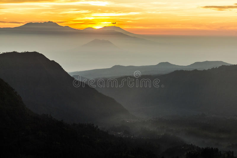 Mening over Indonesisch landschap bij zonsopgang stock foto