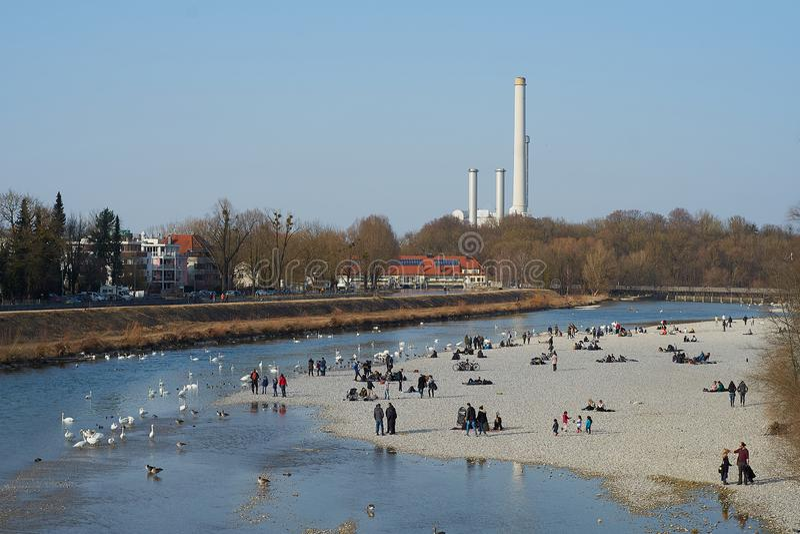 Mening over Isar rivier in de lente - Flaucher stock foto's