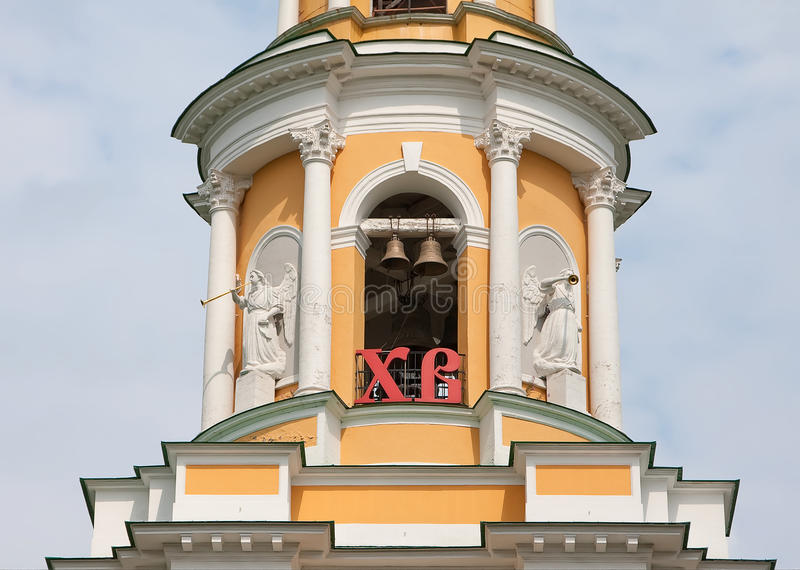 Mening over Kathedraalklokketoren van Ryazan het Kremlin op de zomertijd Ryazan stad, Rusland stock fotografie