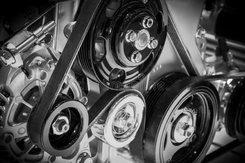 Mening over katrol en riemen op een motor van een auto royalty-vrije stock afbeelding