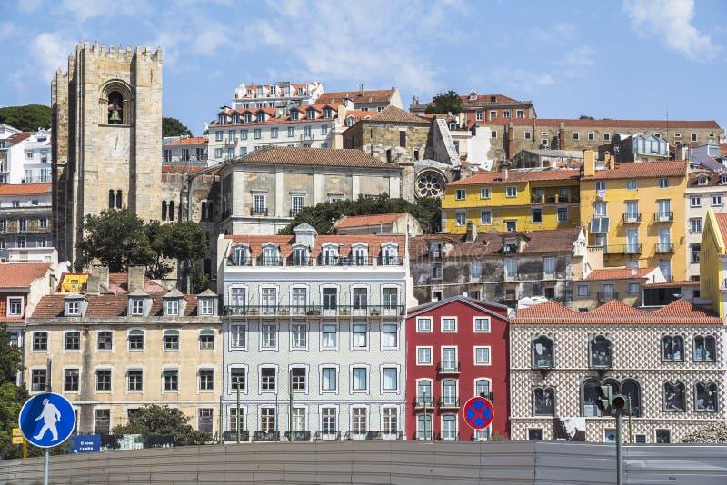 Mening over kleurrijke huizen in Oude Stad van Lissabon stock afbeeldingen