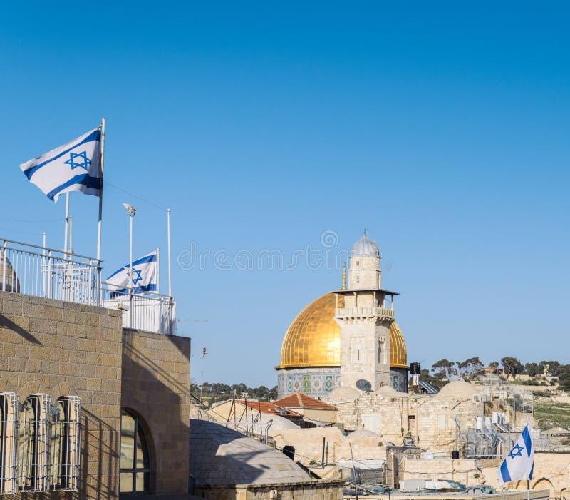 Mening over Koepel van de Rotsmoskee in Jeruzalem en Israëlische vlaggen van een balkon tijdens een zonnige dag met exemplaarruim royalty-vrije stock afbeeldingen