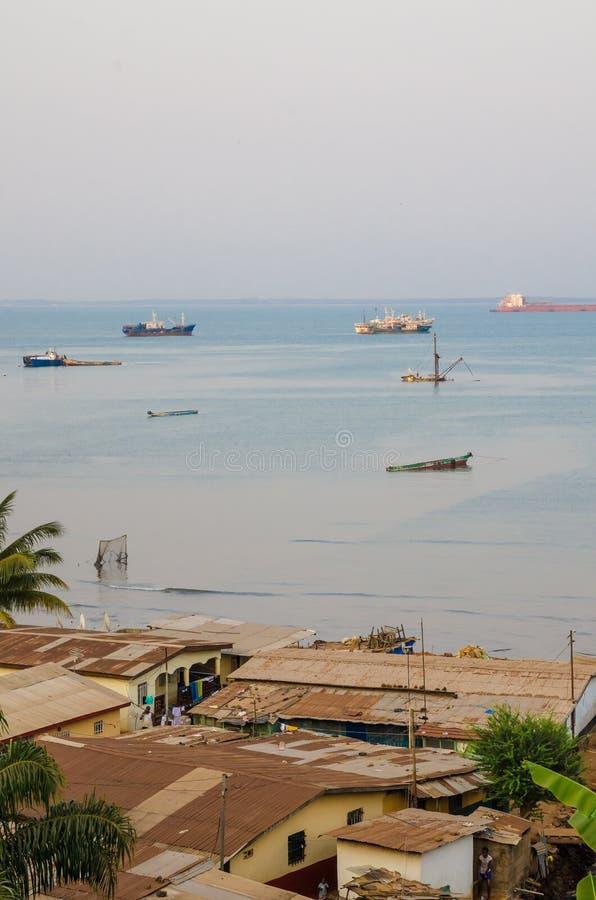 Mening over krottenwijken van Freetown bij het overzees waar de slechte inwoners van deze Afrikaanse hoofdstad, Sierra Leone leve stock afbeelding