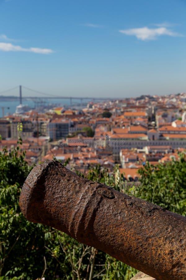 Mening over Lissabon met de oude boomstam van het metaalkanon royalty-vrije stock afbeeldingen