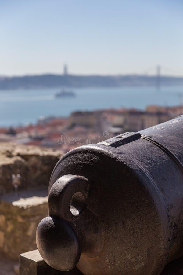 Mening over Lissabon met de oude boomstam van het metaalkanon royalty-vrije stock foto's