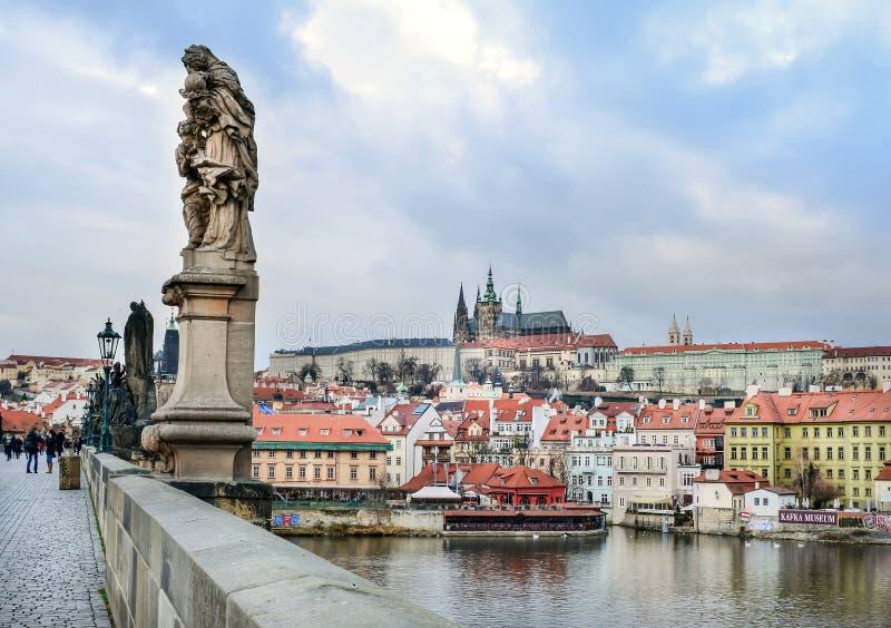 Mening over Mala Strana-district en Kampa-eiland van Charles-brug, met een standbeeld in de voorgrond stock foto's