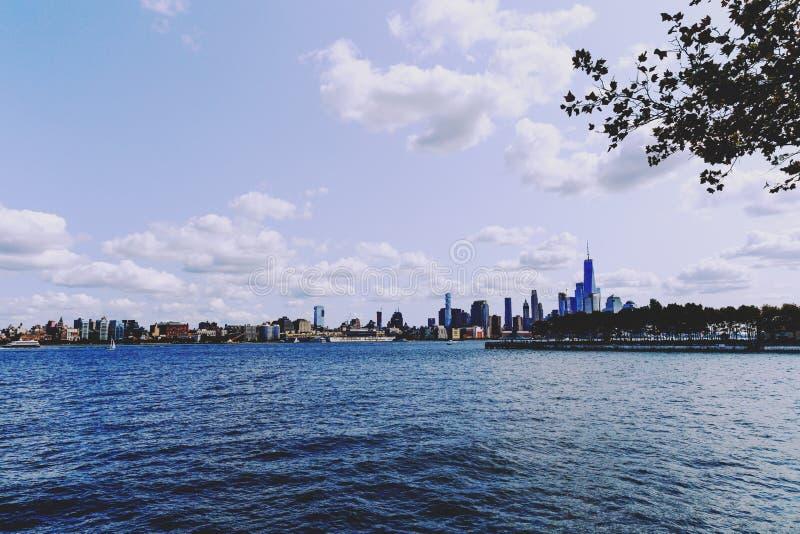 Mening over Manhattan en de Hudson-rivier van Hoboken-rivereside stock foto