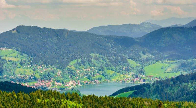 Mening over meer Schliersee in de bergen Beieren - Duitsland stock foto's
