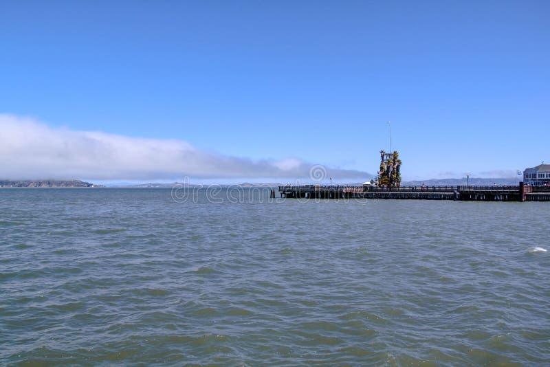 Mening over mooie die Vuurtoren dichtbij Alcatraz-gevangenis wordt gesitueerd Vreedzame oceaan De V.S. stock foto's