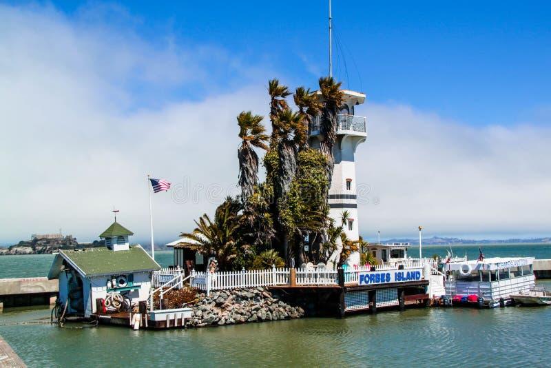 Mening over mooie die Vuurtoren dichtbij Alcatraz-gevangenis wordt gesitueerd Vreedzame oceaan De V.S. San Francisco royalty-vrije stock foto