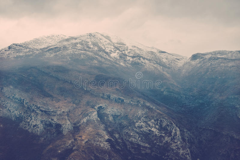 Mening over nevelige montainrots in de Moraca-riviercanion in het noorden royalty-vrije stock foto's