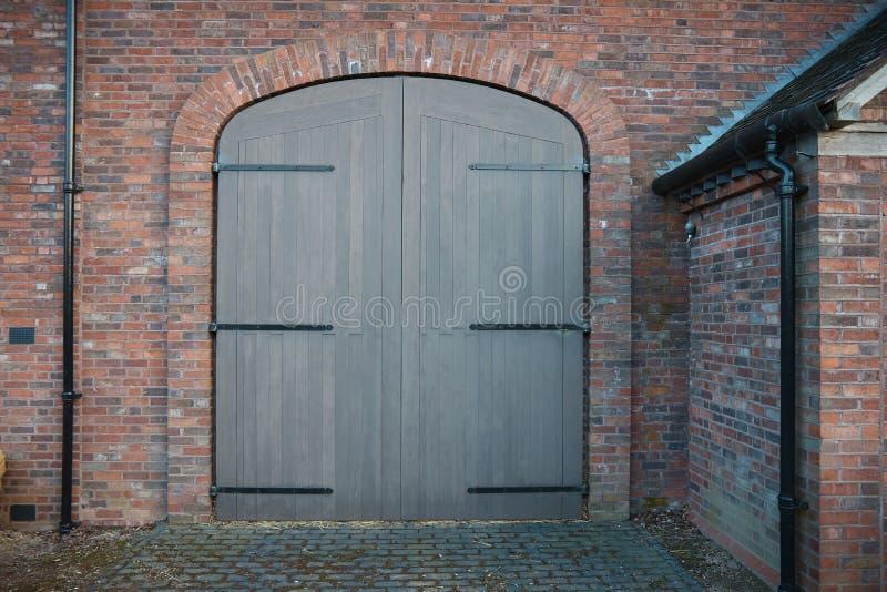 Mening over nieuwe poorten in baksteenhuis stock foto