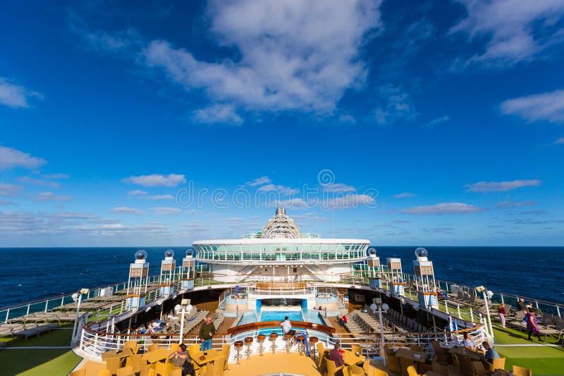 Mening over oceaanhorizon van zeer hoogste dek op achtergrond op luxe royalty-vrije stock afbeeldingen
