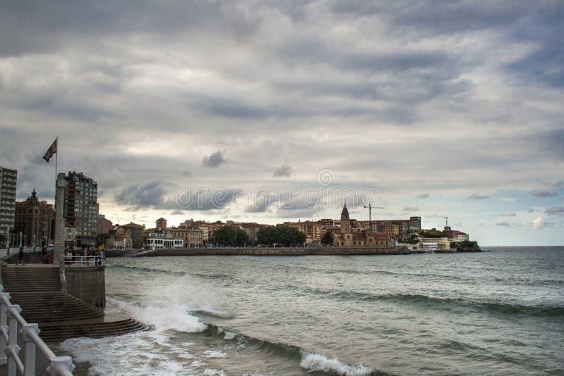 Mening over Oude Haven van Gijon en het Cantabric-overzees, Asturias, Noordelijk Spanje royalty-vrije stock afbeeldingen