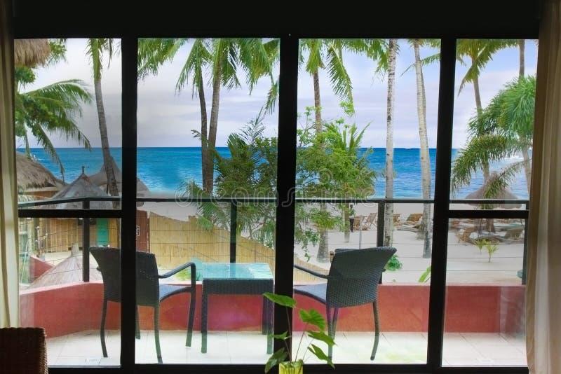 Mening over overzees en strand van hotelruimte royalty-vrije stock foto's