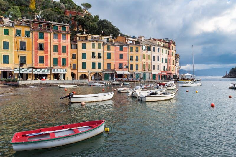 Mening over Portofino-stad met kleurenarchitectuur, tussen bergen in het Italiaans Ligurië, Italië wordt gevestigd dat royalty-vrije stock afbeelding