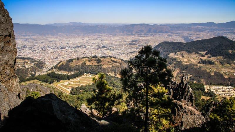 Mening over Quetzaltenango en de bergen rond, van La Muela, Quetzaltenango, Altiplano, Guatemala stock fotografie