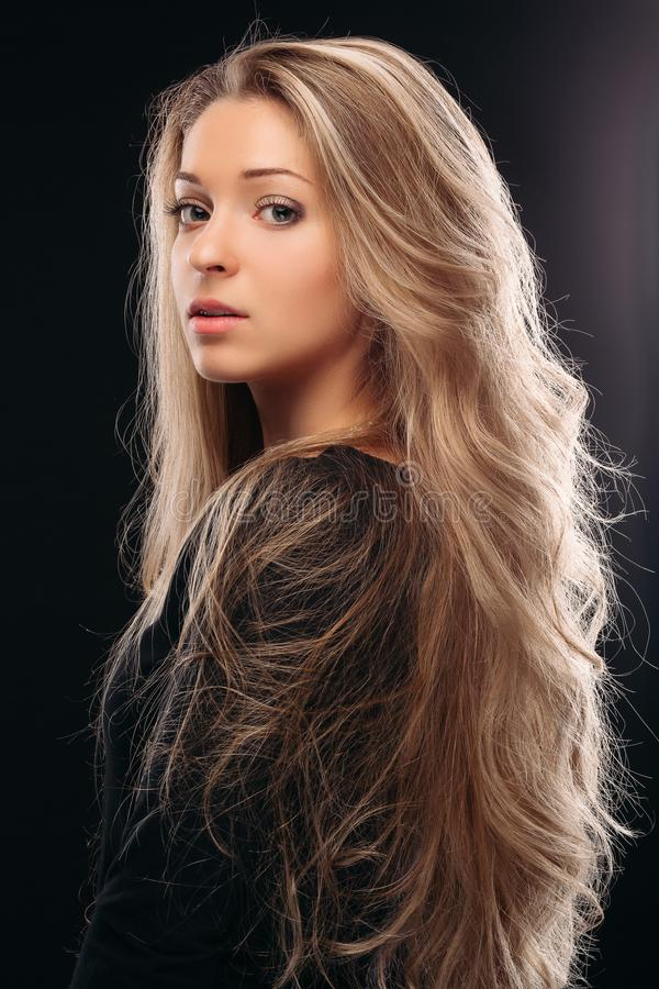 Mening over schouder van mooi en sexy blondemeisje in studio stock fotografie