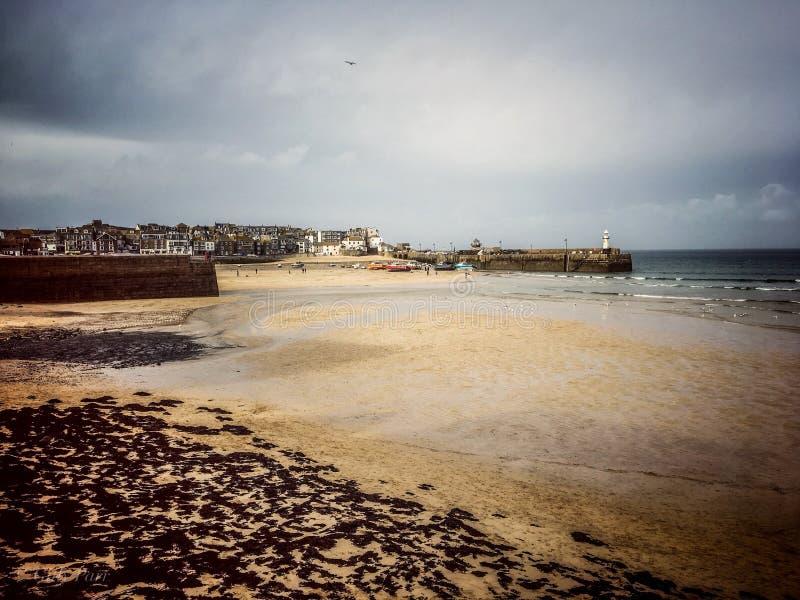 Mening over St Ives Harbour, Cornwall, Engeland met het opdoemen wolken stock foto's