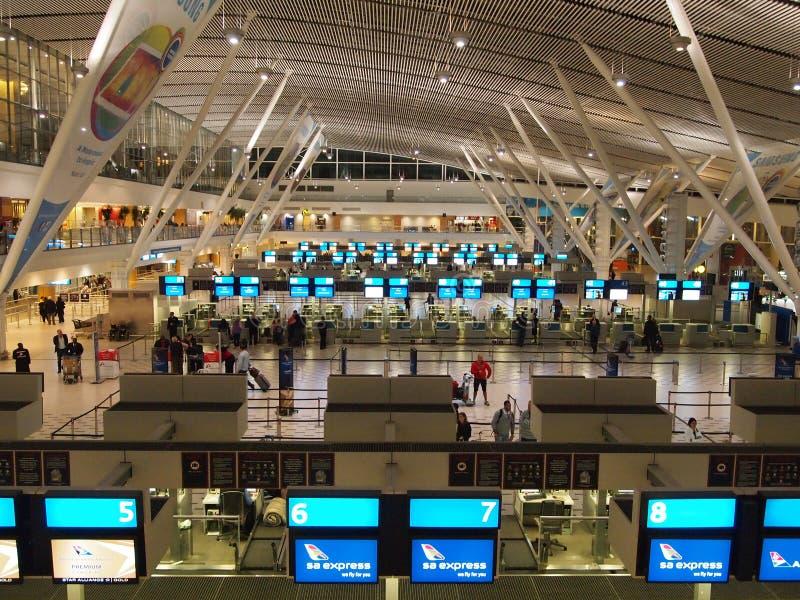 Mening over stad en van de Lijst Berg van seaakant Zuid-Afrika - Mei 04, 2014 Het moderne Binnenland van de Luchthaven stock foto's