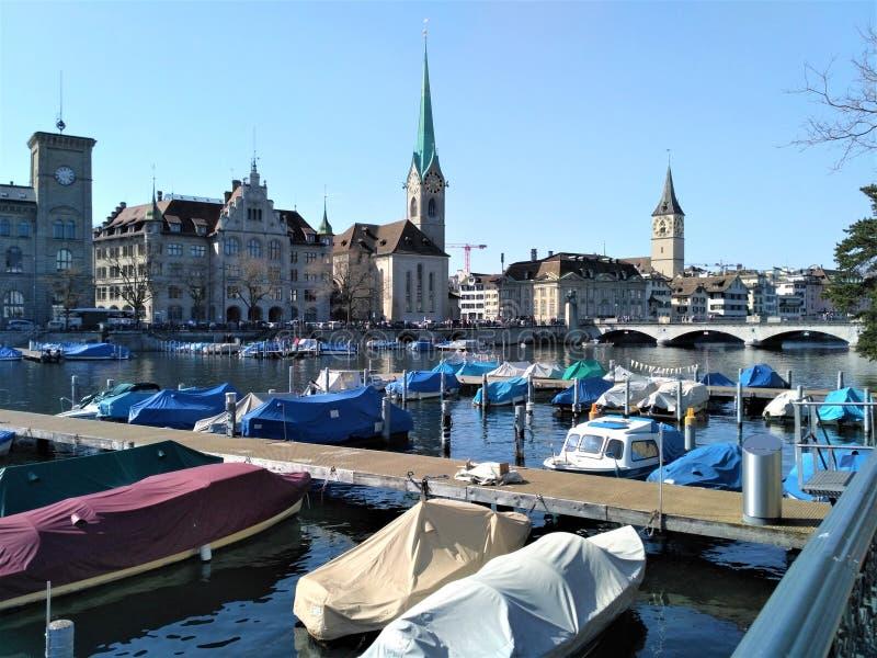 Mening over stadshaven van Zürich stock foto's