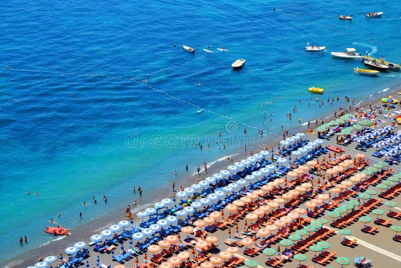 Mening over strand in dorp Positano, Italië royalty-vrije stock foto