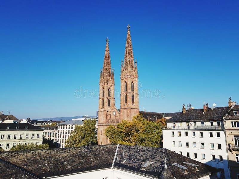 Mening over torenspits twee van de kerk in Wiesbaden Duitsland stock afbeelding