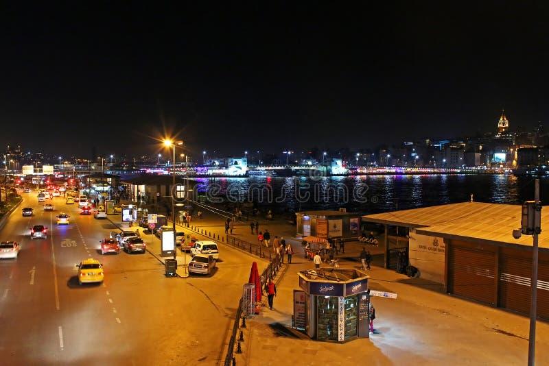 Mening over verkeer naast Eminonu-pijler bij nacht in Istanboel, Turkije royalty-vrije stock foto's
