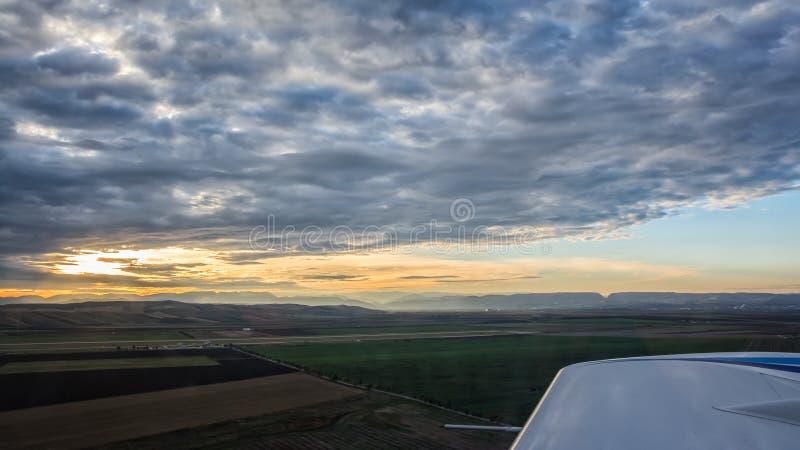 Mening over vleugel van klein vliegtuig in lucht royalty-vrije stock foto