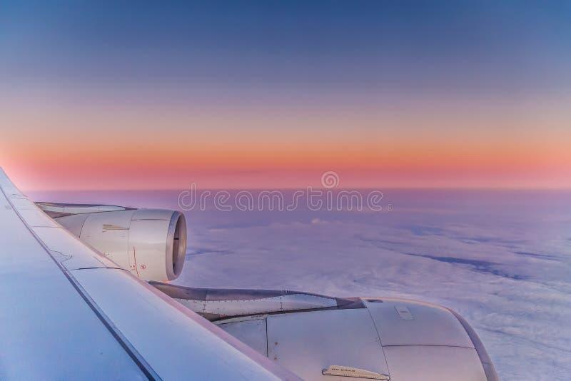 Mening over vleugel van vliegtuig royalty-vrije stock foto's