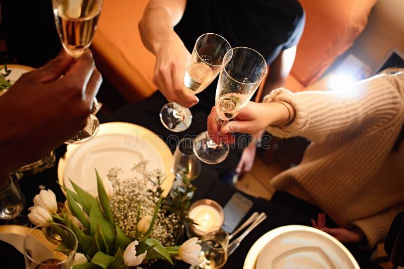Mening over vrienden die dranken in de bar, close-up hebben royalty-vrije stock foto's