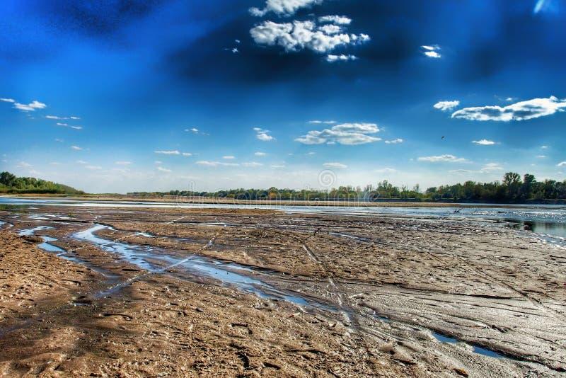 Mening over wilde Vistula-rivieroever in Jozefow dichtbij Warshau in Polen stock fotografie