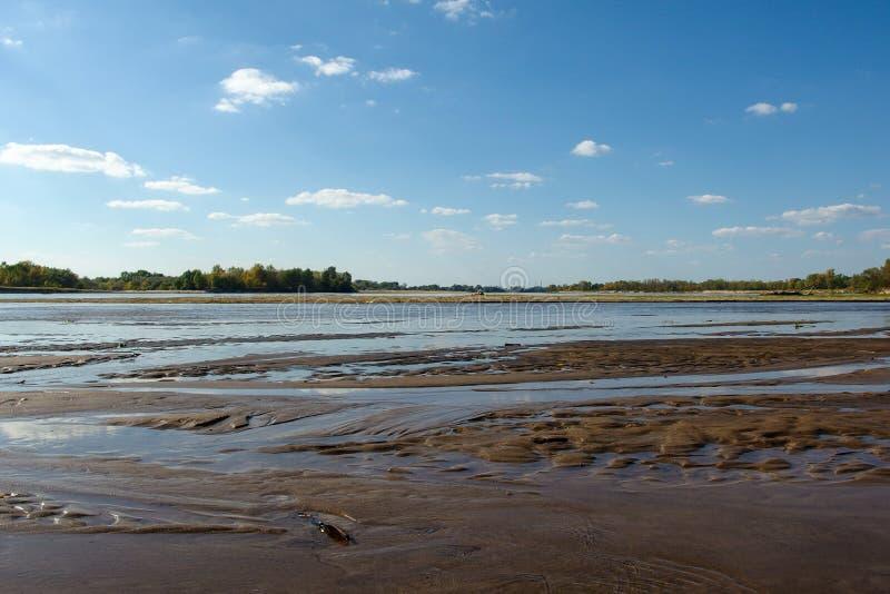 Mening over wilde Vistula-rivieroever in Jozefow dichtbij Warshau in Polen stock afbeeldingen