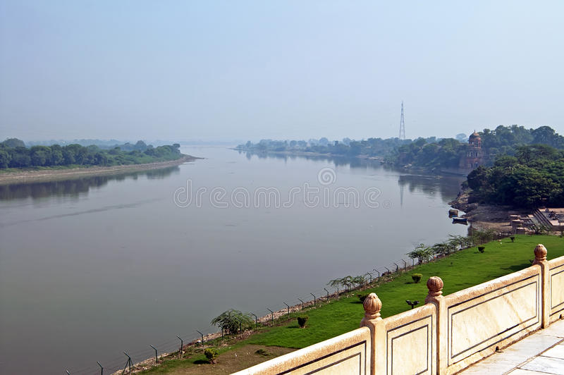 Mening over Yamuna-Rivier van Taj Mahal in Agra India royalty-vrije stock afbeeldingen
