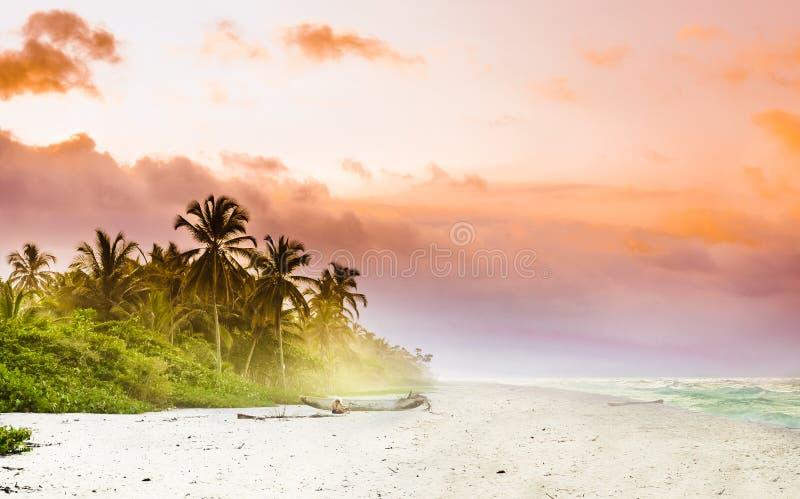 Mening over zonsondergang over tropisch strand door Palomino in Colombia royalty-vrije stock fotografie