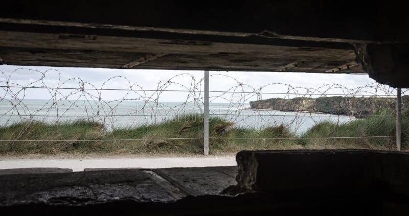 Mening uit de bunker in Pointe du Hoc Normandië stock foto's
