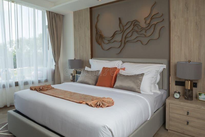 mening van aardige witte modieuze moderne slaapkamer stock foto's