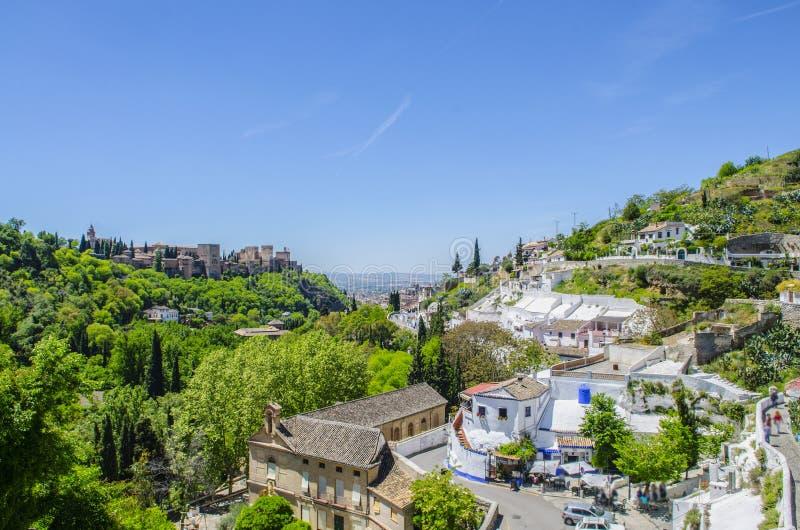 Mening van Alhambra met Zigeunerhol Sacromonte in Granada, Andalucia, Spanje royalty-vrije stock fotografie