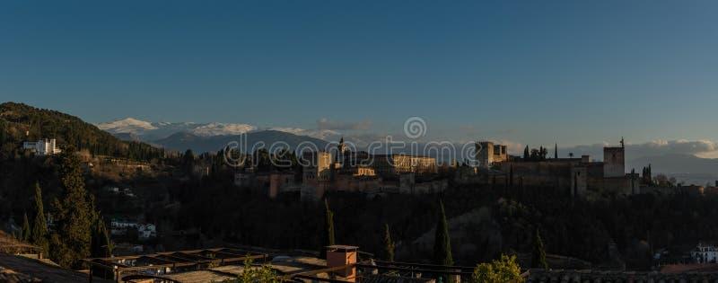 Mening van Alhambra Palace in Granada, Spanje met Sierra Nevada -mou royalty-vrije stock afbeeldingen