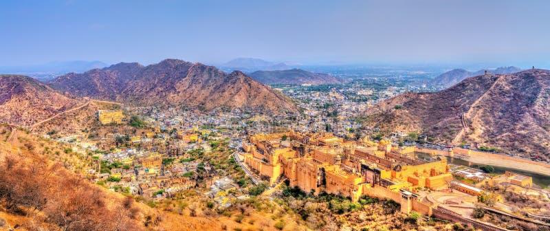 Mening van Amer stad met het Fort Een belangrijke toeristische attractie in Jaipur - Rajasthan, India stock foto's