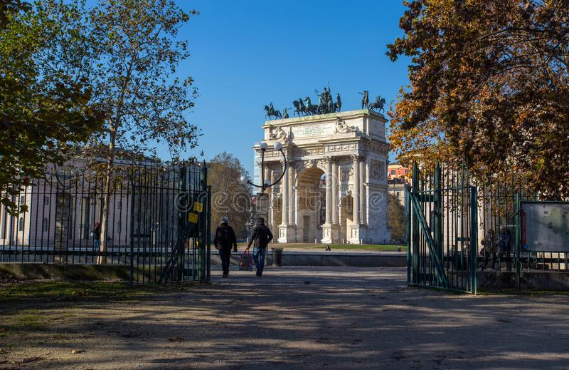 Mening van Arco dellatempo, Boog van Vrede, van Sempione-Park in stadscentrum van Milaan, Italië stock afbeelding