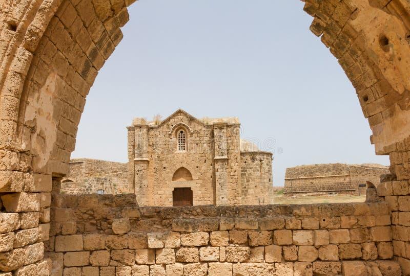 Mening van Armeense Kerk via Carmelite Kerkboog in Famagusta stock afbeelding